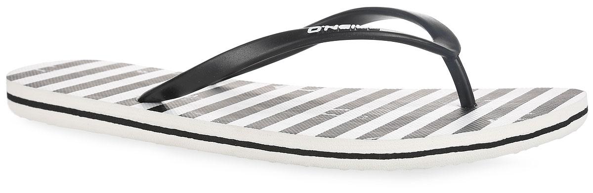 Сланцы609530-1900Чудесные сланцы от ONeill Fw Moya One придутся вам по душе. Верх модели выполнен из ПВХ и оформлен на ремешке названием бренда. Ремешки с перемычкой гарантируют надежную фиксацию изделия на ноге. Верхняя часть подошвы декорирована принтом в полоску и в виде якоря. Рифление на верхней поверхности подошвы предотвращает выскальзывание ноги. Рельефное основание подошвы обеспечивает уверенное сцепление с любой поверхностью. Удобные сланцы прекрасно подойдут для похода в бассейн или на пляж