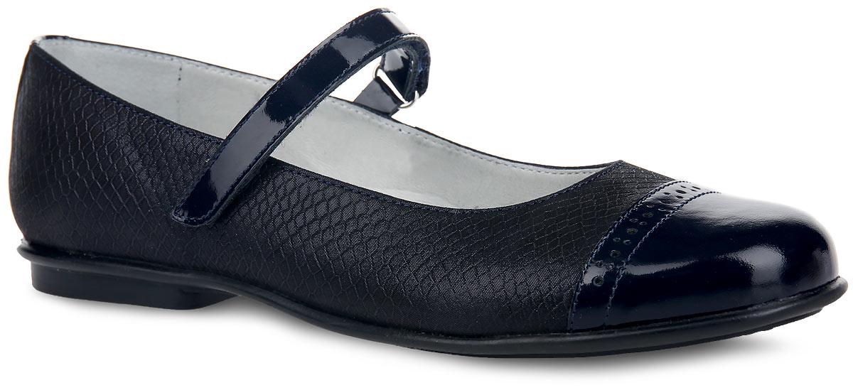 5-515731401Чудесные туфли от Elegami придутся по душе вашей юной моднице! Модель на невысоком каблучке выполнена из натуральной кожи разной фактуры. Верх обуви с блестящей поверхностью оформлен тиснением под рептилию, подъем - перфорацией. Ремешок на застежке-липучке надежно зафиксирует изделие на ножке ребенка. Подкладка и стелька, изготовленные из натуральной кожи, предотвратят натирание и гарантируют уют. Стелька дополнена супинатором, который обеспечивает правильное положение ноги ребенка при ходьбе, предотвращает плоскостопие. Подошва оснащена рифлением для лучшего сцепления с различными поверхностями. Удобные туфли - незаменимая вещь в гардеробе каждой девочки.