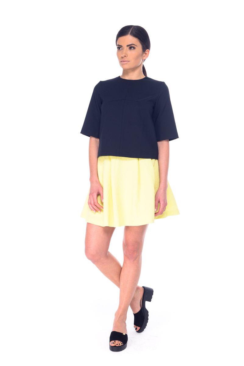 Юбка03051Стильная женская юбка выполнена из полиэстера и эластана. Модель мини-длины застегивается сзади на металлическую застежку-молнию.