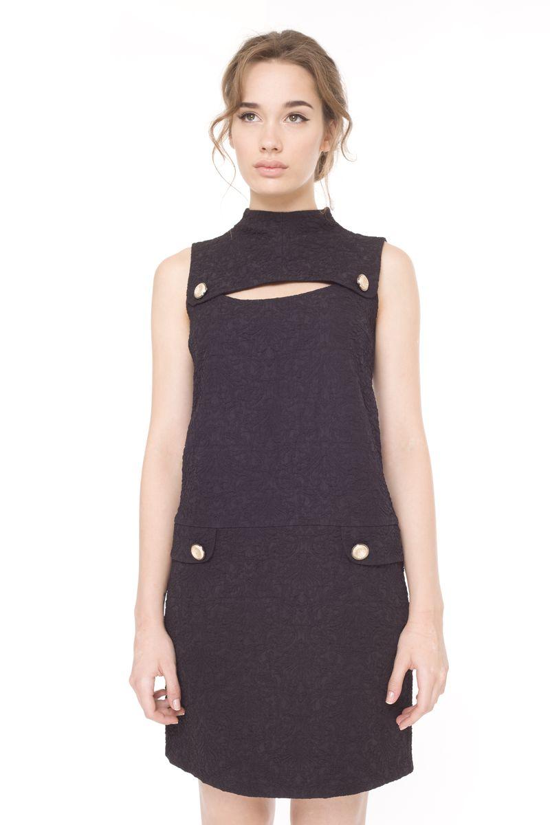 09029Модное платье Arefeva станет отличным дополнением к вашему гардеробу. Модель выполнена из эластичного полиэстера. Платье-миди с воротником-стойкой и без рукавов застегивается на молнию, расположенную на спинке. Модель оформлена рельефным принтом, спереди - декоративным вырезом и пуговицами.
