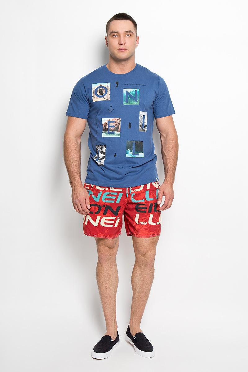 602328-1030Стильная мужская футболка ONeill, выполненная из высококачественного 100% хлопка, обладает высокой воздухопроницаемостью и гигроскопичностью, позволяет коже дышать. Такая футболка великолепно подойдет как для повседневной носки, так и для спортивных занятий. Модель с короткими рукавами и круглым вырезом горловины - идеальный вариант для создания модного современного образа. Футболка оформлена принтом с изображением букв на фоне красочных фотографий. Такая модель подарит вам комфорт в течение всего дня и послужит замечательным дополнением к вашему гардеробу.