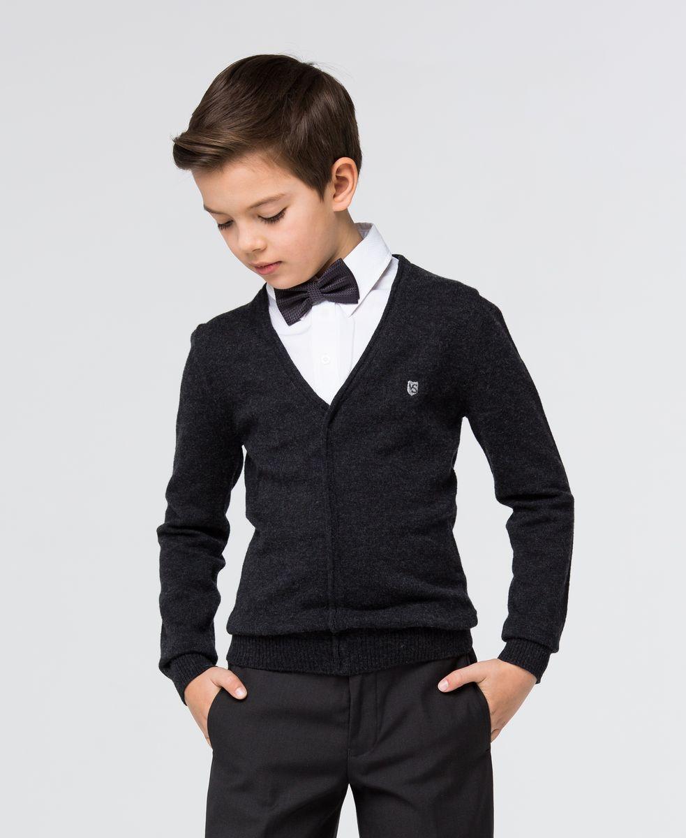 SSFSB-627-14932-300Стильный трикотажный пуловер для мальчика Silver Spoon идеально подойдет для школы и повседневной носки. Изготовленный из хлопка с добавлением шерсти, он необычайно мягкий и приятный на ощупь, не сковывает движения ребенка и позволяет коже дышать. Модель с длинными рукавами и отложным воротником сверху застегивается на три пуговицы. Манжеты рукавов и низ модели связаны резинкой. Верхняя часть модели выполнена в виде ворота рубашки за счет чего создается эффект 2 в 1.