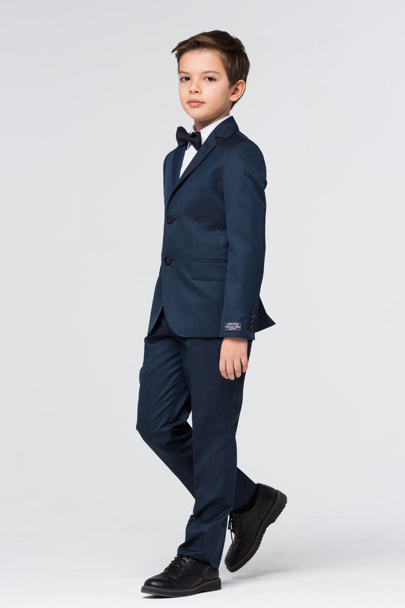 SSFSB-629-15408-317Костюм для мальчика Silver Spoon изготовлен из полиэстера с добавлением вискозы и эластана. Подкладка выполнена из полиэстера с добавлением вискозы. Костюм включает в себя пиджак и классические брюки. Пиджак с воротником с лацканами и длинными рукавами застегивается на две пуговицы. Манжеты рукавов дополнены декоративными пуговицами. Пиджак имеет два втачных кармана с клапанами и нагрудный кармашек спереди, а также два внутренних втачных кармана и внутренний втачной карман на пуговице. Брюки классического кроя и стандартной посадки застегиваются на ширинку на застежке-молнии, крючки и пуговицу на поясе. Объем талии регулируется при помощи внутренней эластичной резинки с пуговицами. На поясе расположены шлевки для ремня. Брюки дополнены двумя втачными карманами спереди и втачным карманом на пуговице сзади.