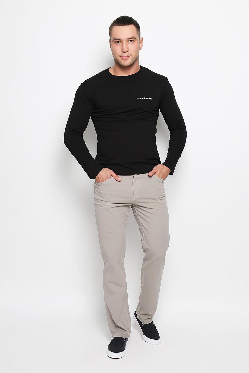 Брюки мужские. 0965/L160160_0965/LСтильные мужские брюки F5 великолепно подойдут для повседневной носки и помогут вам создать незабываемый современный образ. Классическая модель прямого кроя и стандартной посадки изготовлена из эластичного хлопка, благодаря чему великолепно пропускает воздух, обладает высокой гигроскопичностью и превосходно сидит. Брюки застегиваются на ширинку на застежке-молнии, а также пуговицу на поясе. На поясе расположены шлевки для ремня. Брюки имеют классический пятикарманный крой: спереди модель оформлена двумя втачными карманами и одним маленьким накладным кармашком, а сзади - двумя накладными карманами. Эти модные и в тоже время удобные брюки станут великолепным дополнением к вашему гардеробу. В них вы всегда будете чувствовать себя уверенно и комфортно.