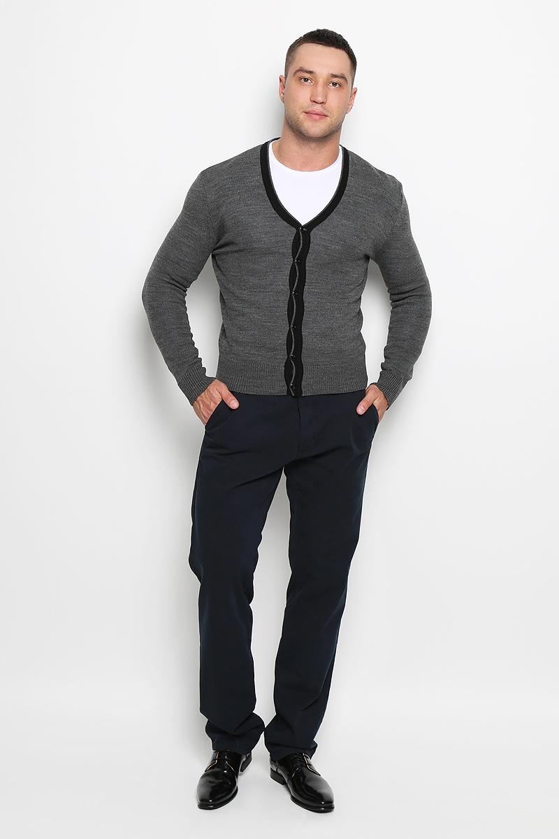 КардиганR0315S04Стильный мужской кардиган Rocawear выполнен из высококачественного натурального акрила, благодаря чему великолепно сохраняет тепло, позволяет коже дышать и обладает высокой износостойкостью и эластичностью. Модель с длинными рукавами и V-образным вырезом горловины согреет вас в прохладные дни. Кардиган застегивается на пуговицы, манжеты рукавов, низ и вырез горловины связаны резинкой. Теплый вязаный кардиган - идеальный вариант для создания уникального образа. Такая модель будет дарить вам комфорт в течение всего дня и послужит замечательным дополнением к вашему гардеробу.