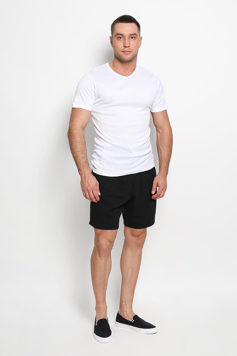 Футболка для дома5099Мужская футболка Diadora, выполненная из натурального хлопка, идеально подойдет для повседневной носки. Материал изделия очень мягкий и приятный на ощупь, не сковывает движения и позволяет коже дышать. Футболка с короткими рукавами имеет V-образный вырез горловины. Модель украшена фирменной нашивкой. Такая футболка будет дарить вам комфорт в течение всего дня и станет отличным дополнением к вашему гардеробу.