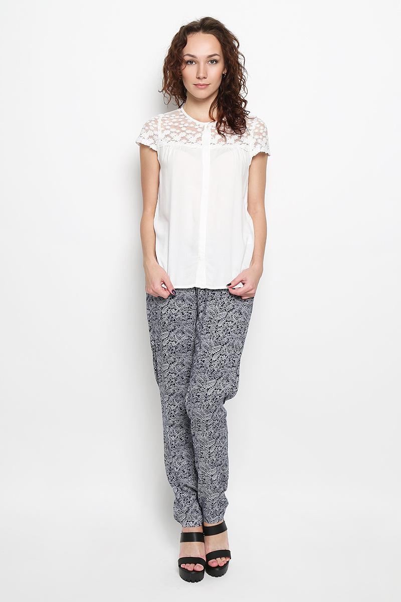 БлузкаBs-112/746-6113Стильная женская блузка Sela, выполненная из 100% вискозы, подчеркнет ваш уникальный стиль и поможет создать женственный образ. Модель c круглым вырезом горловины и рукавами-крылышками, застегивается на пуговицы скрытые под планкой. Верх изделия выполнен из прозрачного сетчатого материала и оформлен вышитым цветочным рисунком. Такая блузка будет дарить вам комфорт в течение всего дня и послужит замечательным дополнением к вашему гардеробу.