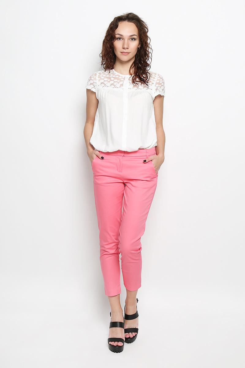 Брюки женские. P-115/699-6216P-115/699-6216Стильные женские брюки Sela станут отличным дополнением к вашему современному образу. Модель зауженного к низу кроя выполнена из хлопка с добавлением эластана. Застегиваются брюки на два металлических крючка по поясу и ширинку на застежке-молнии, имеются шлевки для ремня. Спереди модель дополнена двумя втачными карманами со скошенными краями, а сзади - двумя прорезными карманами. В этих брюках вы всегда будете чувствовать себя уютно и комфортно.