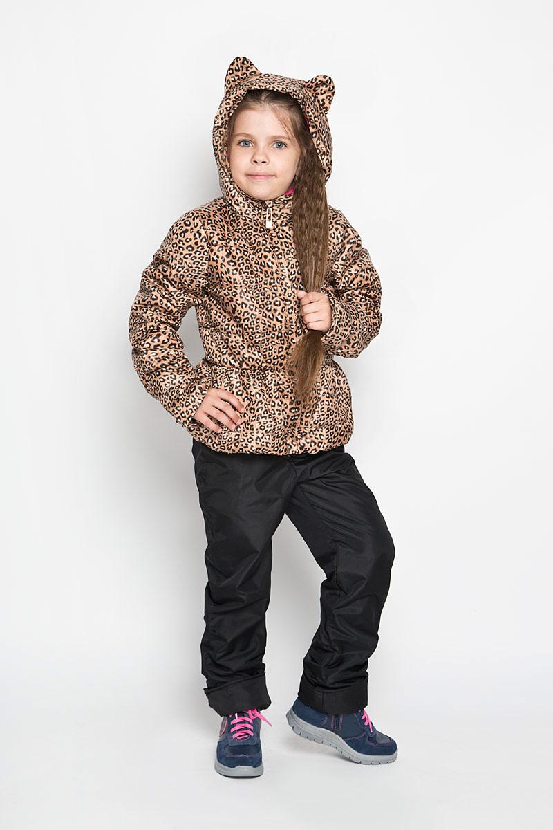 Комплект верхней одежды63620DM_BOG_вариант 1Яркий комплект для девочки Boom!, состоящий из куртки и брюк, идеально подойдет вашему ребенку в прохладную погоду. Комплект, изготовленный из водоотталкивающей и ветрозащитной ткани, утеплен синтепоном. В качестве подкладки используется полиэстер с добавлением хлопка и вискозы. Изделие приятное и мягкое на ощупь, легко стирается и быстро сушится. Куртка с капюшоном застегивается на пластиковую молнию с защитой подбородка и имеет внешнюю ветрозащитную планку. Капюшон не отстегивается, украшен декоративными ушками. На талии и по низу куртка присборена на эластичные резинки. По бокам куртка дополнена двумя прорезными кармашками. Оформлено изделие анималистический принтом. Брюки прямого кроя на талии имеют широкую трикотажную резинку, регулируемую шнурком. По бокам они дополнены двумя прорезными кармашками. Подкладка изделия выполнена из теплого мягкого флиса. Оформлена модель небольшой надписью, содержащей название бренда. Длину рукавов и брюк можно...