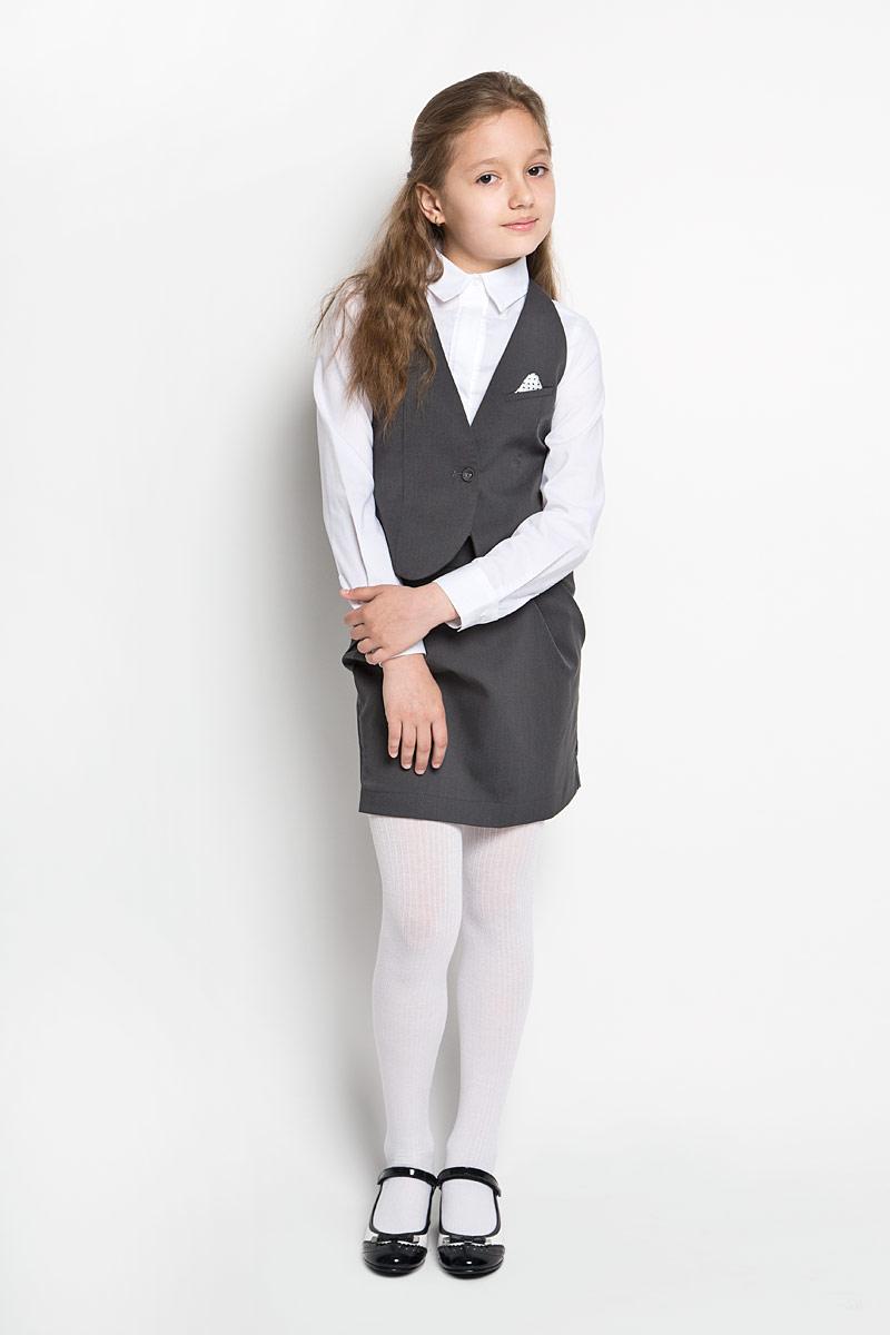 Жилет62980_OLGЭлегантный жилет для девочки Orby идеально подойдет для школы. Изготовленный из высококачественного материала с добавлением вискозы, он необычайно мягкий и приятный на ощупь, не сковывает движения и позволяет коже дышать, не раздражает даже самую нежную и чувствительную кожу ребенка, обеспечивая ему наибольший комфорт. На подкладке используется гладкая подкладочная ткань. Жилет классического кроя с V-образным вырезом горловины спереди застегивается на одну оригинальную пуговицу. На груди предусмотрен прорезной кармашек с декоративным платочком, оформленным мелким гороховым принтом, который можно спрятать. Приталенный силуэт подчеркивает фигуру, а регулировка-поясок обеспечивает дополнительный комфорт и идеальную посадку. Являясь важным атрибутом школьной моды, стильный жилет подчеркивает деловой имидж ученицы, придавая ей уверенность.
