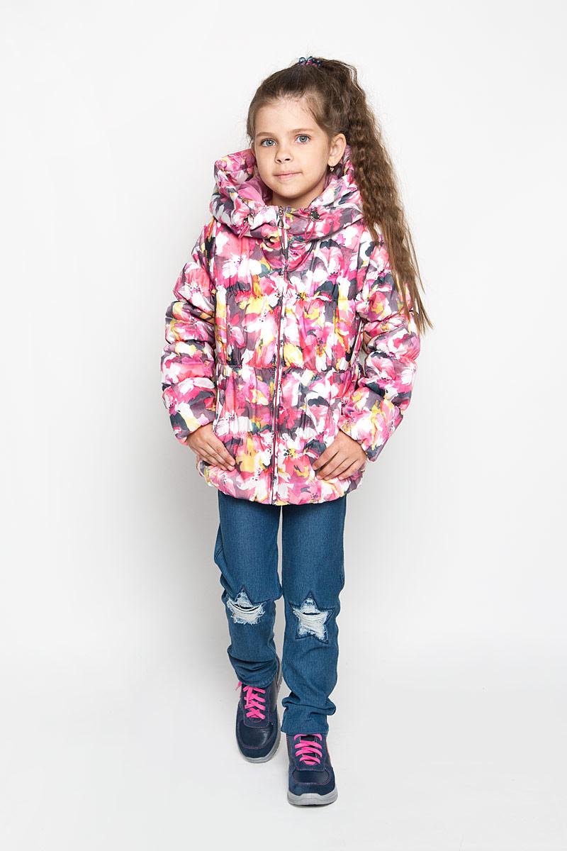 Куртка для девочки. 6354763547Стильная куртка для девочки Boom! идеально подойдет вашей маленькой моднице в прохладную погоду. Модель изготовлена из водонепроницаемой и ветрозащитной ткани, имеет подкладку из полиэстера с добавлением вискозы, благодаря чему она необычайно мягкая и приятная на ощупь, не сковывает движения малышки и великолепно отводит влагу. Не раздражает даже самую нежную и чувствительную кожу ребенка, обеспечивая ему наибольший комфорт. В качестве утеплителя используется 100% полиэстер. Стеганая куртка с капюшоном застегивается на пластиковую застежку-молнию. Капюшон не отстегивается, его объем регулируется при помощи шнурка-кулиски со стопперами. По бокам куртка дополнена двумя прорезными кармашками. Манжеты рукавов и низ модели присборены на неширокую эластичную резинку. На изделии предусмотрен светоотражающий элемент для безопасности ребенка в темное время суток. Курта оформлена красочным принтом в виде акварельных цветов. Размер изделия можно при...