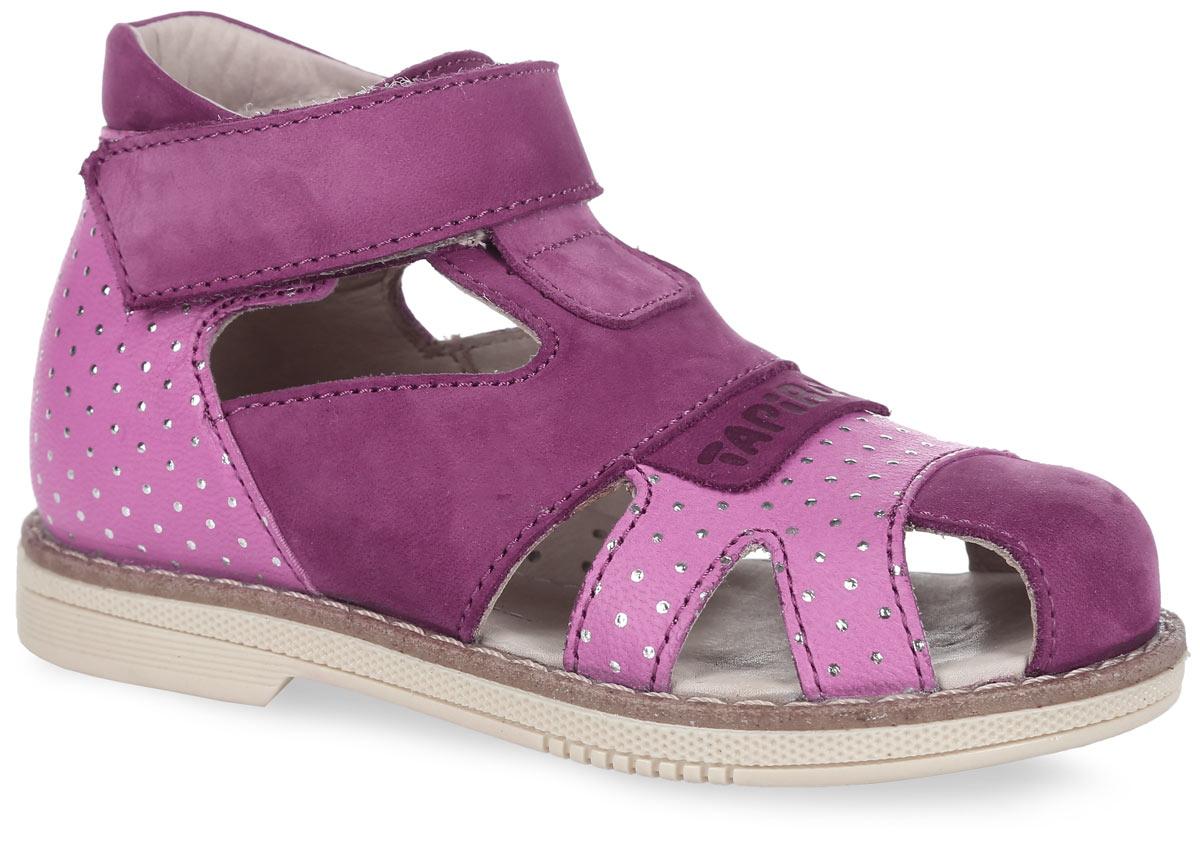 Сандалии для девочки. FT-26002.15-OL40O.01FT-26002.15-OL40O.01Очаровательные детские сандалии TapiBoo приведут в восторг вашу маленькую модницу. Модель выполнена из комбинации натурального нубука и кожи контрастных цветов. Обувь оформлена на мысе - накладкой с тиснением в виде названия бренда, на подошве сзади - названием бренда, а также на заднике и спереди рельефным блестящим принтом. Многослойная, анатомическая стелька из натуральной кожи со сводоподдерживающим элементом обеспечивает правильное формирование стопы. Благодаря использованию современных внутренних материалов позволяет оптимально распределить нагрузку по всей площади стопы и свести к минимуму ее ударную составляющую. Подкладка, изготовленная из натуральной кожи без швов, обеспечивает дополнительный комфорт и предотвращает натирание. Натуральная кожа обладает мягкостью и природной способностью пропускать воздух для создания оптимального температурного режима, благодаря чему нога не потеет. Застежка типа велкро позволяет оптимально подогнать полноту обуви по ноге ребенка...