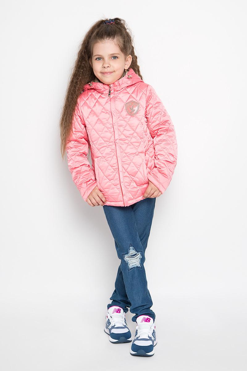 Куртка для девочки. 63623DM_BOG63623DM_BOG_вариант 1Стеганая куртка для девочки Boom! станет ярким и стильным дополнением к детскому гардеробу в прохладную погоду. Модель изготовлена из водонепроницаемой и ветрозащитной ткани, на подкладке из полиэстера с добавлением вискозы. Куртка мягкая и приятная на ощупь, не сковывает движения, легко стирается и быстро сушится. В качестве утеплителя используется синтепон, который максимально сохраняет тепло. Куртка с капюшоном застегивается на пластиковую молнию с защитой подбородка и дополнительно имеет внешнюю ветрозащитную планку. Капюшон не отстегивается, по краю дополнен эластичным шнурком со стопперами. По бокам предусмотрены два втачных кармана. Модель украшена нашивкой на груди. Изделие дополнено светоотражающим элементом для безопасности ребенка в темное время суток. Легкая, удобная и практичная куртка идеально подойдет для прогулок и игр на свежем воздухе!