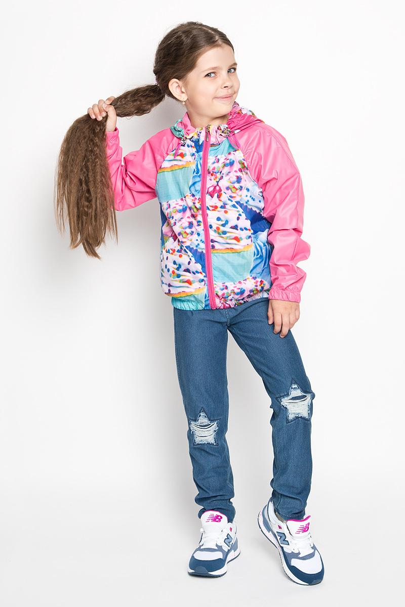 Куртка63543Стильная куртка для девочки Boom! идеально подойдет вашему ребенку в прохладную погоду. Модель изготовлена из водонепроницаемой и ветрозащитной ткани, на подкладке из полиэстера с добавлением хлопка и вискозы. Она не сковывает движения малышки и позволяет коже дышать, не раздражает даже самую нежную и чувствительную кожу ребенка. Куртка с капюшоном застегивается на пластиковую застежку-молнию и дополнительно имеет защиту подбородка. Капюшон не отстегивается и по краю дополнен скрытой эластичной резинкой с металлическими стопперами. При необходимости его можно собрать и зафиксировать сзади при помощи хлястика на пуговицу. С обеих сторон имеются два прорезных кармашка. Понизу модель присборена на резинку, препятствующую проникновению холодного воздуха. На изделии предусмотрены светоотражающие элементы для безопасности ребенка в темное время суток. Оформлена куртка ярким оригинальным принтом. Оригинальный современный дизайн и модная расцветка делают эту куртку...