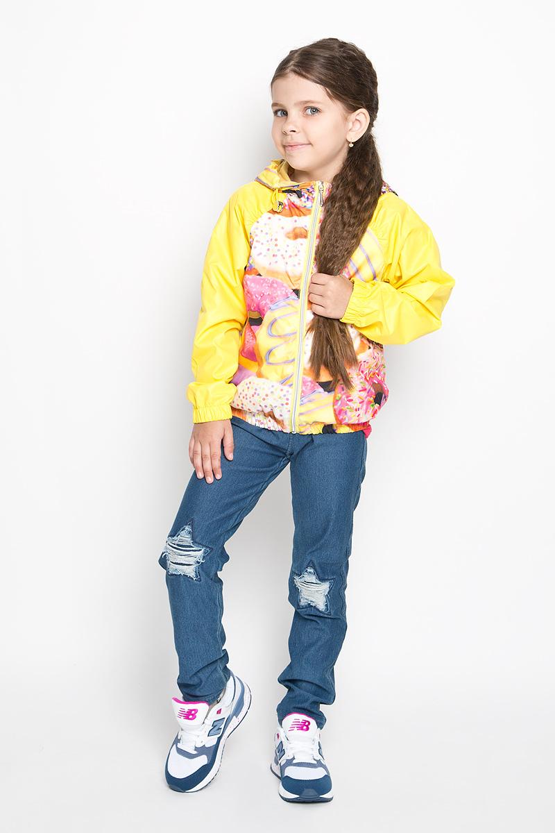63543Стильная куртка для девочки Boom! идеально подойдет вашему ребенку в прохладную погоду. Модель изготовлена из водонепроницаемой и ветрозащитной ткани, на подкладке из полиэстера с добавлением хлопка и вискозы. Она не сковывает движения малышки и позволяет коже дышать, не раздражает даже самую нежную и чувствительную кожу ребенка. Куртка с капюшоном застегивается на пластиковую застежку-молнию и дополнительно имеет защиту подбородка. Капюшон не отстегивается и по краю дополнен скрытой эластичной резинкой с металлическими стопперами. При необходимости его можно собрать и зафиксировать сзади при помощи хлястика на пуговицу. С обеих сторон имеются два прорезных кармашка. Понизу модель присборена на резинку, препятствующую проникновению холодного воздуха. На изделии предусмотрены светоотражающие элементы для безопасности ребенка в темное время суток. Оформлена куртка ярким оригинальным принтом. Оригинальный современный дизайн и модная расцветка делают эту куртку...