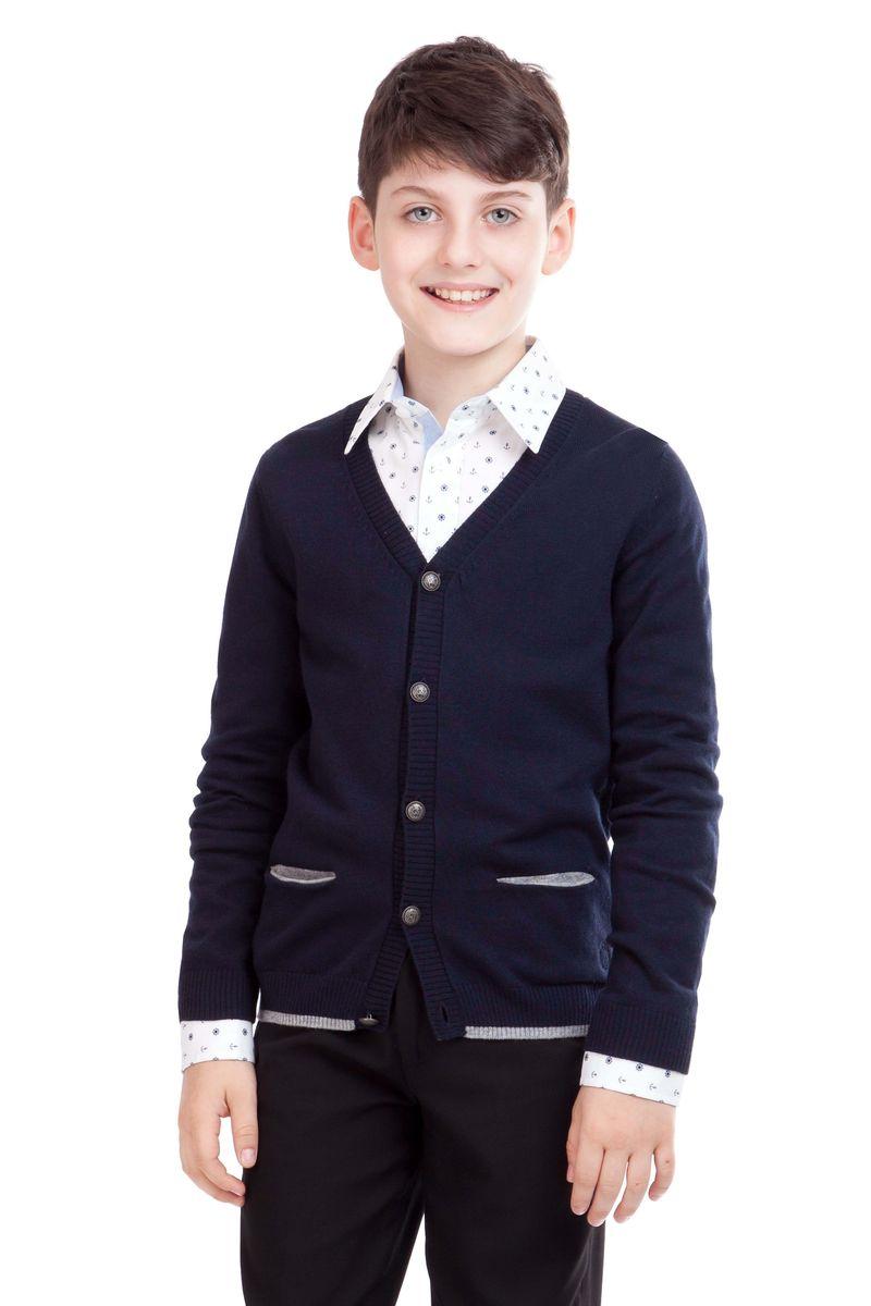 21501BSC3601Кардиган для школы выглядит очень интересно. Он дополнит любой комплект одежды для школы, придав ему завершенность. Сложный состав пряжи делает его очень мягким, приятным, комфортным в носке. Рукава украшают контрастные налокотники. В отделке пластрон из орнаментальной ткани и небольшая вышивка с монограммой GSC (Gulliver School Collection).