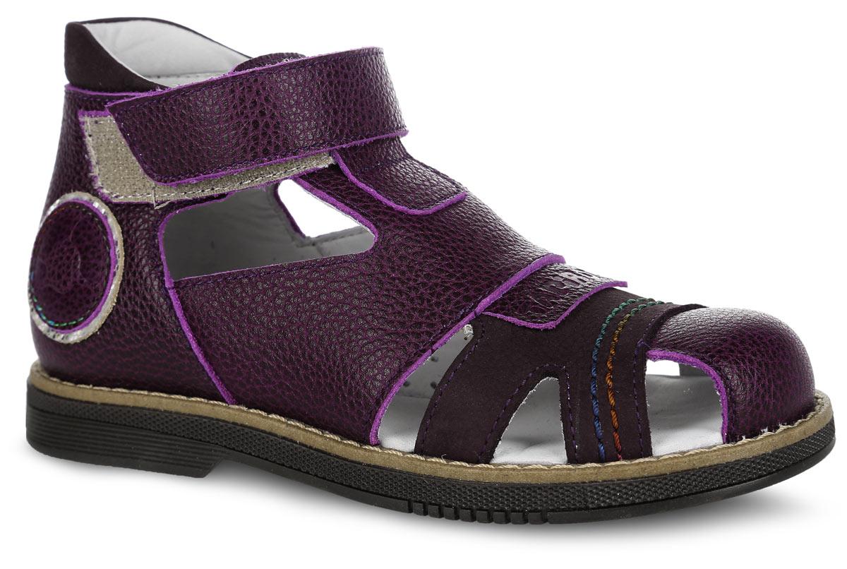 FT-26002.15-OL06O.02Стильные сандалии от TapiBoo придутся по душе вашему ребенку Модель, выполненная из натуральной кожи, оформлена контрастной прострочкой вдоль ранта и накладкой с тиснением в виде названия бренда на мыске. Внутренняя поверхность из натуральной кожи гарантирует комфорт при движении. Анатомическая стелька из натуральной кожи с супинатором обеспечивает правильное формирование стопы. Жесткий фиксирующий задник с удлиненным крылом надежно стабилизирует голеностопный сустав во время ходьбы. Застегивается модель на ремешок с липучкой. Упругая подошва, имеющая перекат, позволяет повторять естественное движение стопы при ходьбе для правильного распределения нагрузки на опорно-двигательный аппарат ребенка. Ортопедический каблук Томаса укрепляет подошву под средней частью стопы и препятствует ее заваливанию внутрь. Рельефный рисунок подошвы обеспечивает сцепление с любыми поверхностями. Такие сандалии станут незаменимыми в гардеробе вашего ребенка.