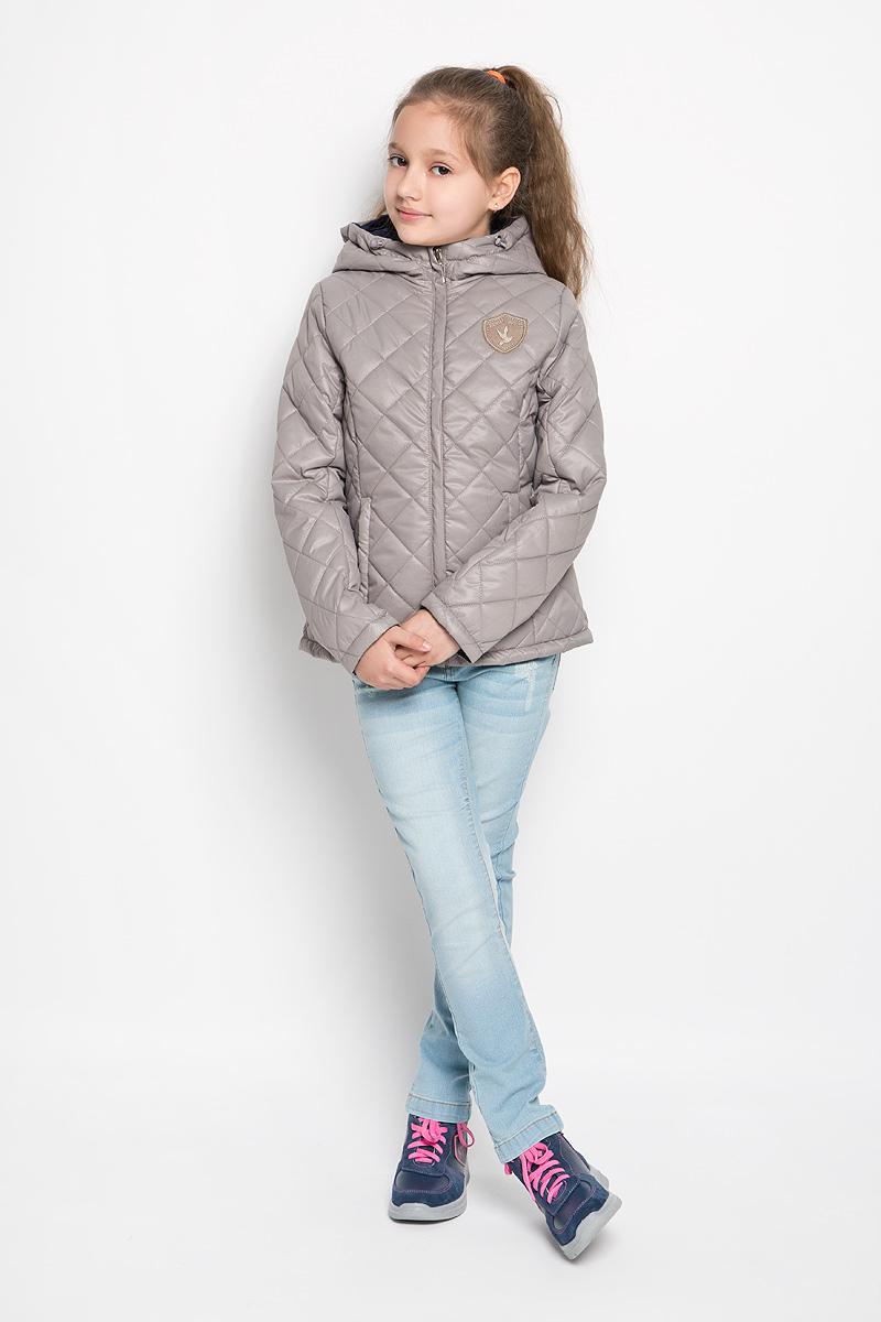 Куртка63623_BOG_вариант 2Стеганая куртка для девочки Boom! станет ярким и стильным дополнением к детскому гардеробу в прохладную погоду. Модель изготовлена из водонепроницаемой и ветрозащитной ткани, на подкладке из полиэстера с добавлением вискозы. Куртка мягкая и приятная на ощупь, не сковывает движения, легко стирается и быстро сушится. В качестве утеплителя используется синтепон, который максимально сохраняет тепло. Куртка с капюшоном застегивается на пластиковую молнию с защитой подбородка и дополнительно имеет внешнюю ветрозащитную планку. Капюшон не отстегивается, по краю дополнен эластичным шнурком со стопперами. По бокам предусмотрены два втачных кармана. Модель украшена нашивкой на груди. Изделие дополнено светоотражающим элементом для безопасности ребенка в темное время суток. Легкая, удобная и практичная куртка идеально подойдет для прогулок и игр на свежем воздухе!