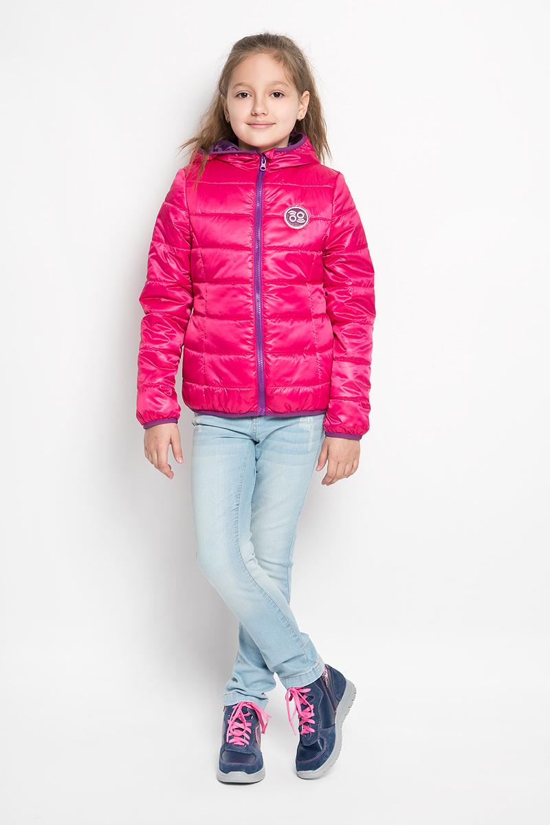 Куртка для девочки. 63622DM_BOG_вариант 163622DM_BOG_вариант 1Куртка для девочки Boom! станет ярким и стильным дополнением к детскому гардеробу в прохладную погоду. Модель изготовлена из водонепроницаемой и ветрозащитной ткани, на подкладке из полиэстера с добавлением вискозы и хлопка. Куртка мягкая и очень приятная на ощупь, не сковывает движения, легко стирается и быстро сушится. В качестве утеплителя используется синтепон, который максимально сохраняет тепло. Куртка с несъемным капюшоном застегивается на пластиковую молнию с защитой подбородка. Низ изделия, края капюшона и рукавов присборены на эластичные трикотажные бейки. По бокам предусмотрены два прорезных кармана. Модель украшена нашивкой на груди. Легкая, удобная и практичная куртка идеально подойдет для прогулок и игр на свежем воздухе!