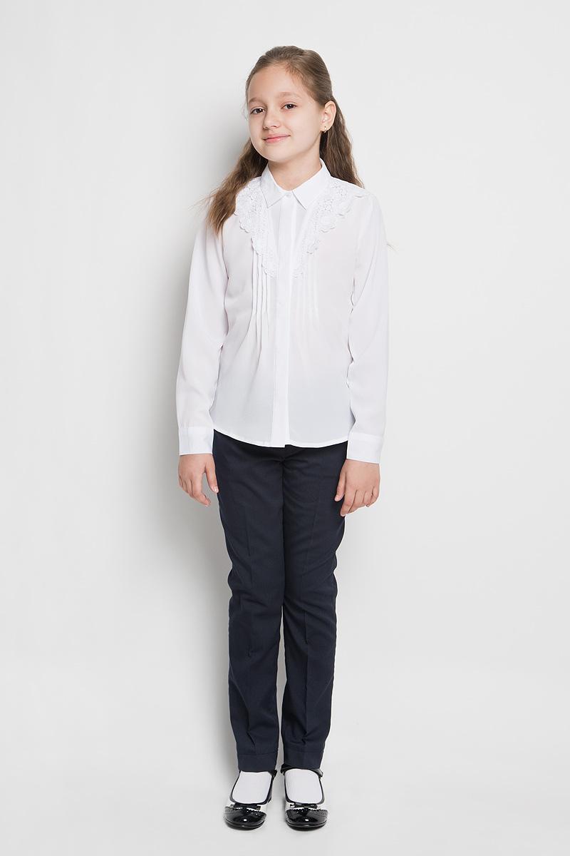 Блуза для девочки School. 6299562995_OLGКлассическая блуза для девочки Orby School идеально подойдет для школы. Изготовленная из полиэстера с добавлением вискозы, она необычайно мягкая, легкая и приятная на ощупь, не сковывает движения и позволяет коже дышать, не раздражает даже самую нежную и чувствительную кожу ребенка, обеспечивая ему наибольший комфорт. Блузка из креп-шифона с отложным воротничком и длинными рукавами застегивается на пластиковые пуговицы, скрытые под планкой. Рукава дополнены широкими манжетами на пуговицах. Низ изделия по бокам закруглен. Спереди изделие украшено застроченными складками и кружевной отделкой. Такая блуза - незаменимая вещь для школьной формы, отлично сочетается с юбками, брюками и сарафанами. Эта модель всегда выглядит великолепно!