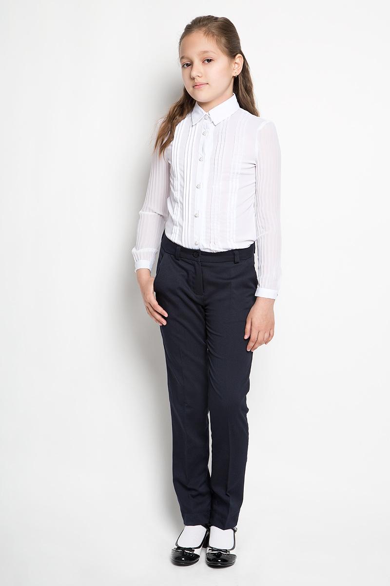 Брюки для девочки School. 62982_OLG62982_OLGКлассические брюки для девочки Orby School - основа повседневного школьного гардероба. Изготовленные из полиэстера с добавлением вискозы и эластана, они необычайно мягкие и приятные на ощупь, не сковывают движения и позволяют коже дышать, не раздражают даже самую нежную и чувствительную кожу ребенка, обеспечивая ему наибольший комфорт. Слегка зауженные к низу брюки с заутюженными стрелками на талии застегиваются на пуговицу и имеют ширинку на застежке-молнии, также имеются шлевки для ремня. Надежная плавающая регулировка в поясе брюк (скрытая резинка на пуговицах) позволяет регулировать полноту (до 4 см), что обеспечивает идеальную посадку. Спереди брюки дополнены двумя втачными карманами с косыми краями. Это универсальная модель, подходящая под различные варианты жакетов, пиджаков, джемперов, блуз и водолазок.
