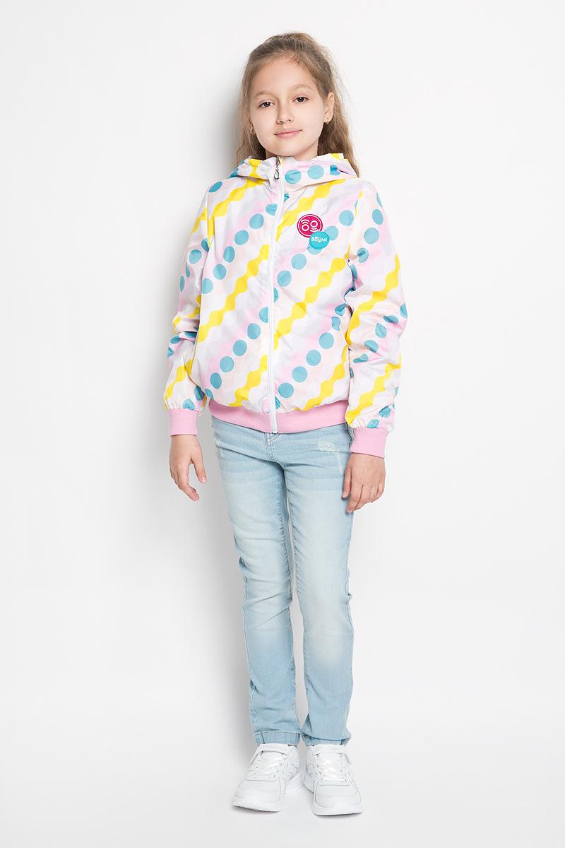 Куртка для девочки. 63618_BOG63618Стильная куртка для девочки Boom! идеально подойдет вашему ребенку в прохладную погоду. Модель изготовлена из водонепроницаемой и ветрозащитной ткани, на подкладке из полиэстера с добавлением хлопка и вискозы. Она не сковывает движения малышки и позволяет коже дышать, не раздражает даже самую нежную и чувствительную кожу ребенка, обеспечивая ему наибольший комфорт. Куртка с капюшоном застегивается на пластиковую застежку-молнию и дополнительно имеет защиту подбородка и ветрозащитную планку. Капюшон не отстегивается. Низ рукавов и куртки дополнен широкими трикотажными резинками, которые не позволяют просачиваться холодному воздуху. С обеих сторон имеются два прорезных кармашка. На изделии предусмотрены светоотражающие элементы для безопасности ребенка в темное время суток. Оформлена куртка ярким оригинальным принтом. Оригинальный современный дизайн и модная расцветка делают эту куртку модным и стильным предметом детского гардероба. В ней ваша дочурка будет...