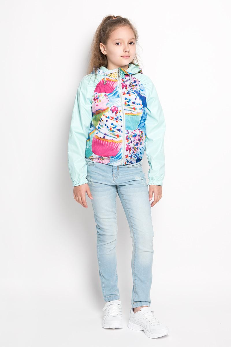 Куртка для девочки. 63543_BOG63543Стильная куртка для девочки Boom! идеально подойдет вашему ребенку в прохладную погоду. Модель изготовлена из водонепроницаемой и ветрозащитной ткани, на подкладке из полиэстера с добавлением хлопка и вискозы. Она не сковывает движения малышки и позволяет коже дышать, не раздражает даже самую нежную и чувствительную кожу ребенка. Куртка с капюшоном застегивается на пластиковую застежку-молнию и дополнительно имеет защиту подбородка. Капюшон не отстегивается и по краю дополнен скрытой эластичной резинкой с металлическими стопперами. При необходимости его можно собрать и зафиксировать сзади при помощи хлястика на пуговицу. С обеих сторон имеются два прорезных кармашка. Понизу модель присборена на резинку, препятствующую проникновению холодного воздуха. На изделии предусмотрены светоотражающие элементы для безопасности ребенка в темное время суток. Оформлена куртка ярким оригинальным принтом. Оригинальный современный дизайн и модная расцветка делают эту куртку...