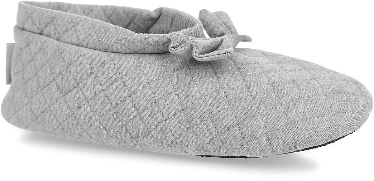 Тапки женские. 6714867148Прелестные женские тапки от Isotoner помогут отдохнуть вашим ножкам после трудового дня. Модель выполнена из хлопка и оформлена по верху стеганной прострочкой, в области подъема - милым бантом. Подкладка и стелька, изготовленные из текстиля, комфортны при ходьбе. Подошва выполнена из полиэстера с прорезиненными вставками, предотвращающими скольжение. Такие тапочки придутся вам по душе.
