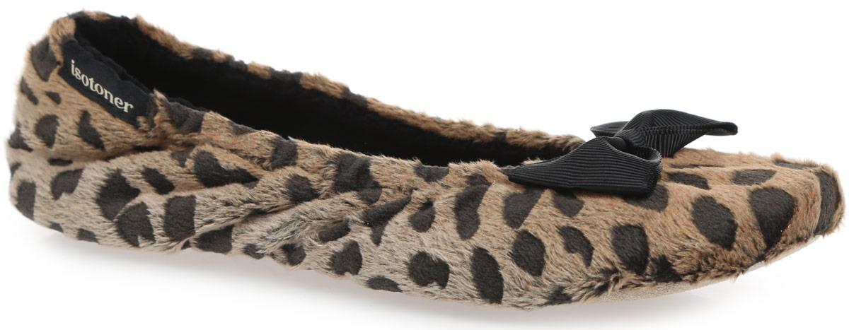 97055Очаровательные женские тапки от Isotoner, стилизованные под балетки, помогут отдохнуть вашим ножкам после трудового дня. Модель выполнена из полиэстера, оформленного анималистическим узором, и украшена на мысе милым бантом, в задней части - фирменной нашивкой. Подкладка и стелька, изготовленные из комбинации полиэстера и хлопка, комфортны при ходьбе. Стелька принимает форму стопы, а после деформации быстро возвращается в свою первоначальную форму. Подошва из натуральной кожи обеспечивает сцепление с любыми поверхностями. Такие тапочки придутся вам по душе.