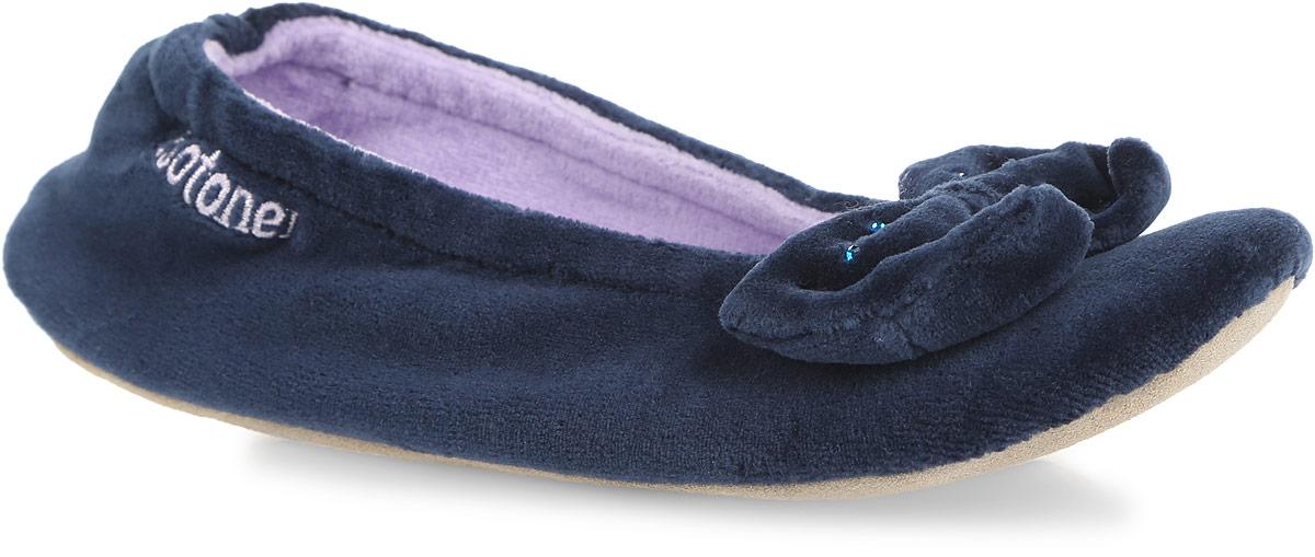 Тапки женские. 97097020Очаровательные женские тапки от Isotoner, стилизованные под балетки, помогут отдохнуть вашим ножкам после трудового дня. Модель выполнена из комбинации спандекса, полиэстера и оформлена на мысе милым бантом со стразами, в задней части - фирменной вышивкой. Подкладка и стелька, изготовленные из текстиля, комфортны при ходьбе. Стелька принимает форму стопы, а после деформации быстро возвращается в свою первоначальную форму. Подошва из натуральной кожи обеспечивает сцепление с любыми поверхностями. Такие тапочки придутся вам по душе.