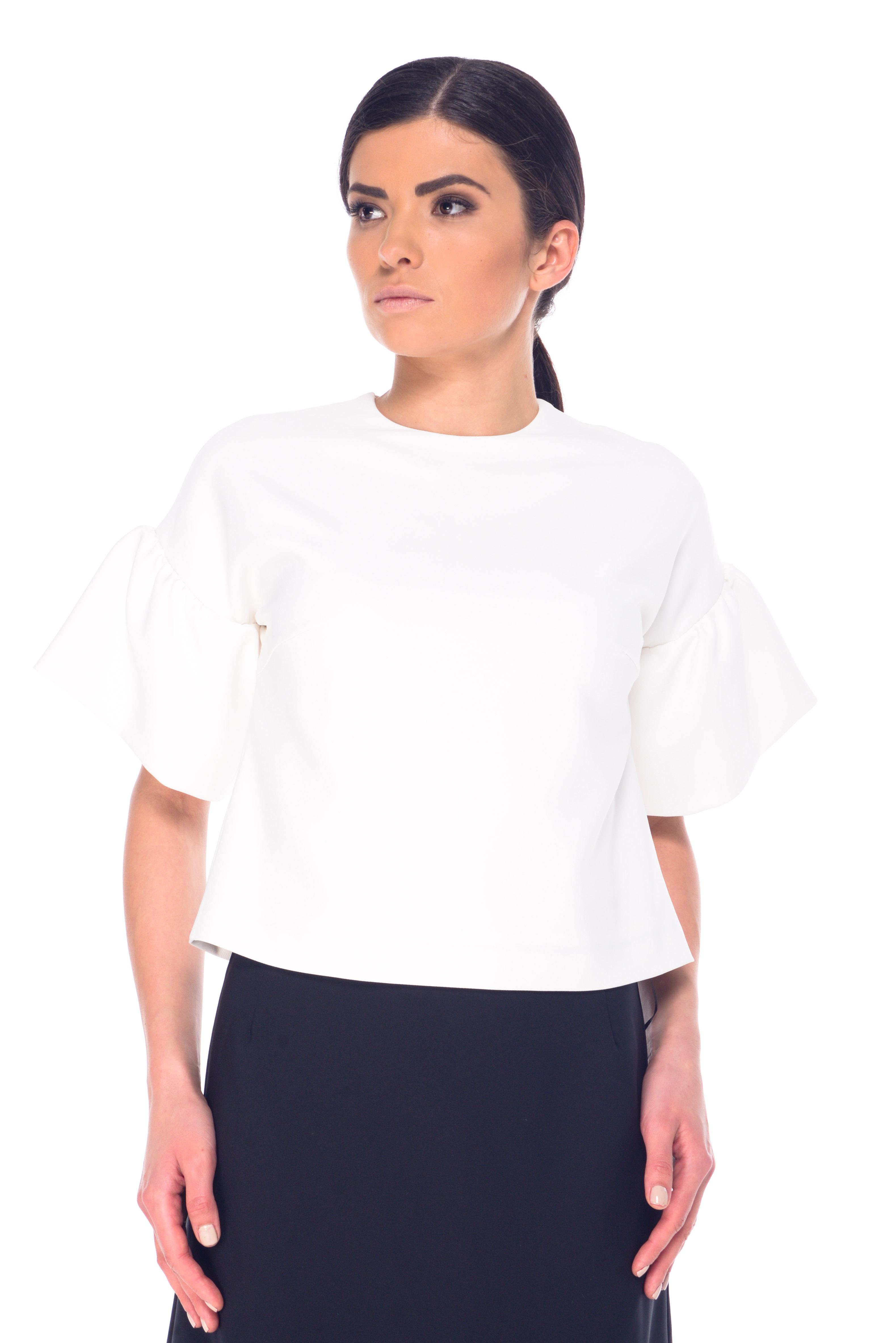 БлузкаL 7062Женская блузка Arefeva выполнена из полиэстера с добавлением спандекса. Перед модели дополнен легкой подкладкой из полиэстера. Блузка с круглым вырезом горловины и рукавами-тюльпанами застегивается на навесную пуговичку на спинке.