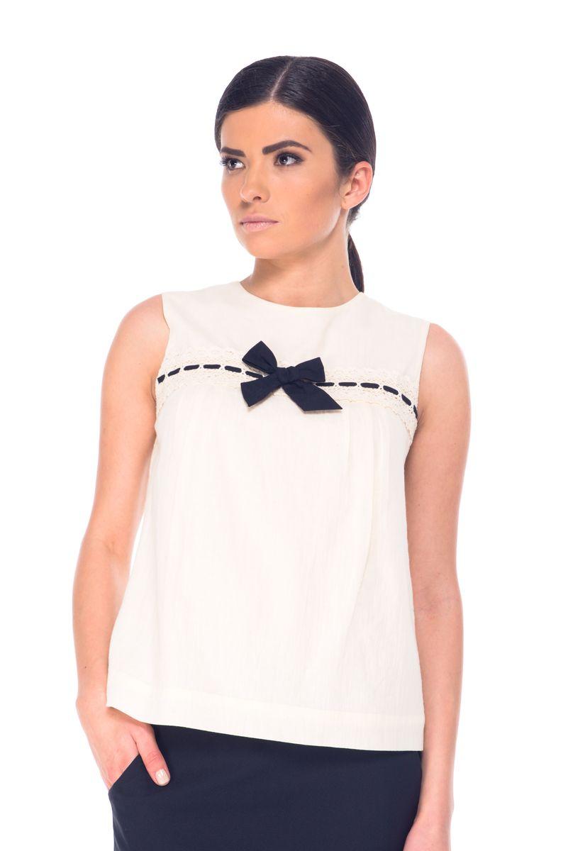 07061Модная женская блузка Arefeva, изготовленная из натурального хлопка, мягкая и приятная на ощупь, не сковывает движений и обеспечивает наибольший комфорт. Модель с круглым вырезом горловины и без рукавов оформлена спереди кружевом и декоративным бантиком. Застегивается изделие на пуговицы, расположенные на спинке.