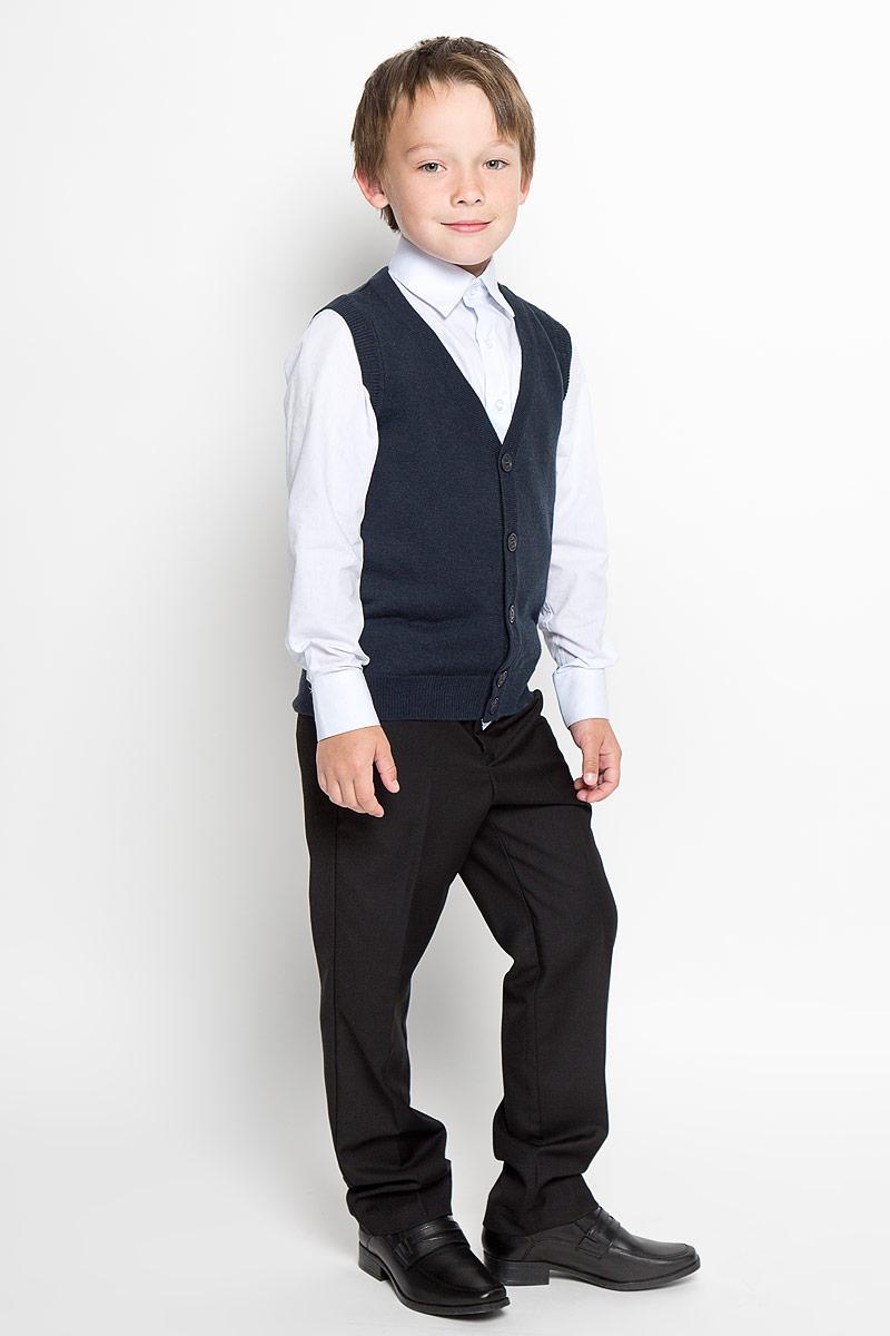 SS13B-1803-042-BУютный вязаный жилет для мальчика Silver Spoon идеально подойдет для школы и повседневной носки. Изготовленный из шерсти и акрила, он необычайно мягкий и приятный на ощупь, не сковывает движения и позволяет коже дышать, не раздражает даже самую нежную и чувствительную кожу ребенка, обеспечивая ему наибольший комфорт. Жилет классического кроя с V-образным вырезом горловины позволяет создавать деловые образы в сочетании с рубашками и водолазками. Пройма рукавов, горловина и низ модели связаны резинкой. Спереди модель застегивается на пуговицы. Вязаный жилет - хорошая альтернатива пиджаку в прохладное время года. Он также отлично смотрится и в комплекте с деловым костюмом. Являясь важным атрибутом школьной моды, стильный жилет создает тепло и комфорт.