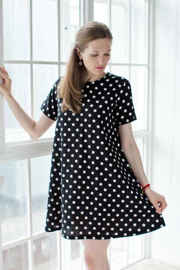 71171124Стильное женское платье А-силуэта выполнено из 100% льна. Модель с круглым вырезом горловины и короткими рукавами застегивается на пуговицу на спинке и оформлено принтом в горох.