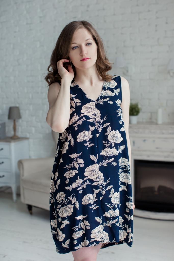 Платье71171127Стильное женское платье MARUSЯ модели-баллон выполнено из 100% вискозы. Изделие без рукавов с V-образным вырезом горловины. Оформлено платье оригинальным цветочным принтом.