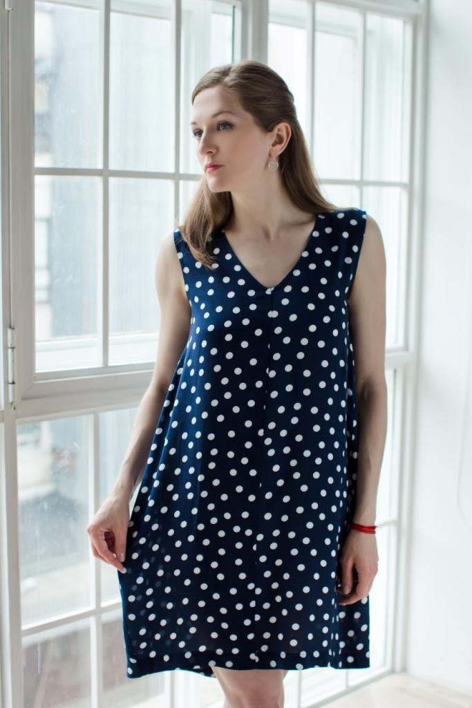71171129Стильное женское платье MARUSЯ модели-баллон выполнено из 100% вискозы. Изделие без рукавов с V-образным вырезом горловины. Оформлено платье оригинальным принтом в горох.
