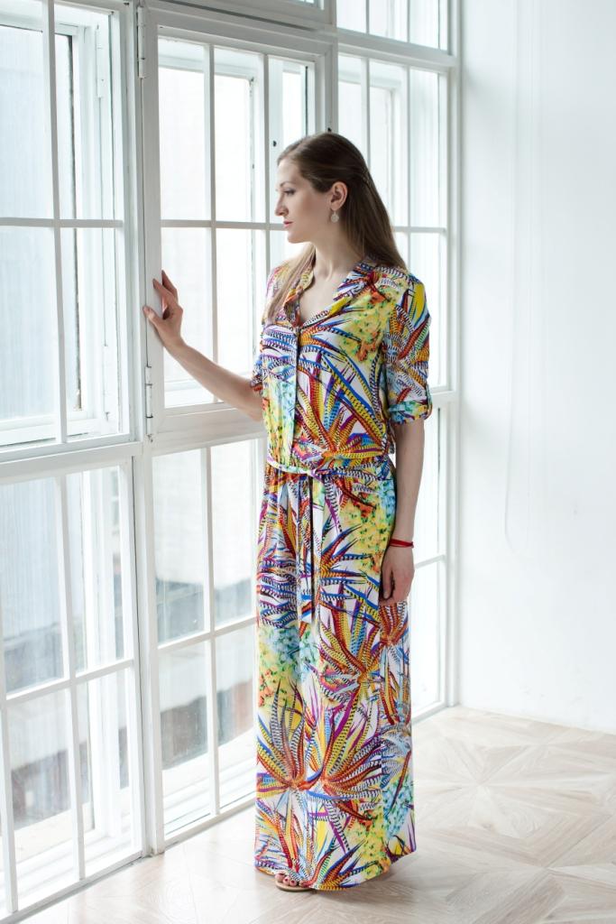 Платье71171201Стильное женское платье MARUSЯ выполнено из 100% вискозы. Модель-макси со стандартным рукавом 3/4 и воротником стойкой оформлена цветочным принтом. Рукава дополнены хлястиками на пуговицах для регулировки длины. Спереди на груди платье застегивается на металлические пуговицы, которые закрыты планкой. В поясе изделие дополнено эластичной резинкой и трикотажным ремешком, а по бокам имеет два больших разреза.