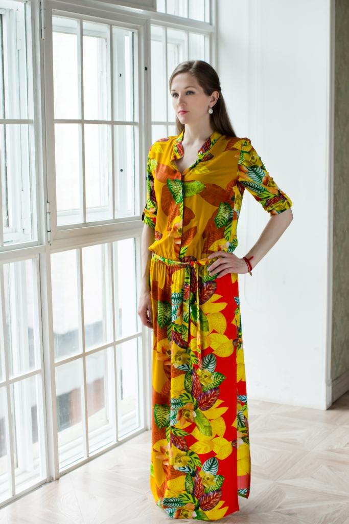 Платье71171202Длинное платье-рубашка MARUSЯ высококачественного материала 100% вискозы. Платье с воротником-стойкой застегивается на пуговицы. Модель имеет рукав 3/4 и фиксируется при помощи хлястика с пуговицей. На поясе изделие дополнено эластичной резинкой и съемным поясом. Оформлено платье ярким оригинальным принтом.