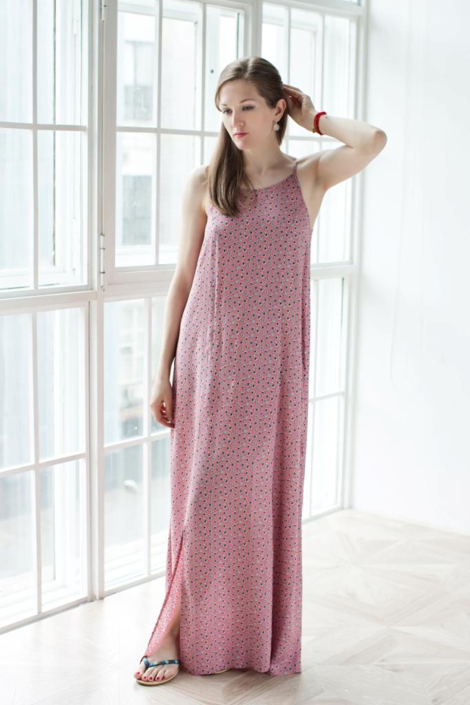 71171210Стильное женское платье MARUSЯ выполнено из 100% вискозы. Модель-макси с американской проймой на бретельках имеет на спинке завязки-шнурки. Спереди платье оформлено двумя большими разрезами. Украшена модель цветочным принтом.