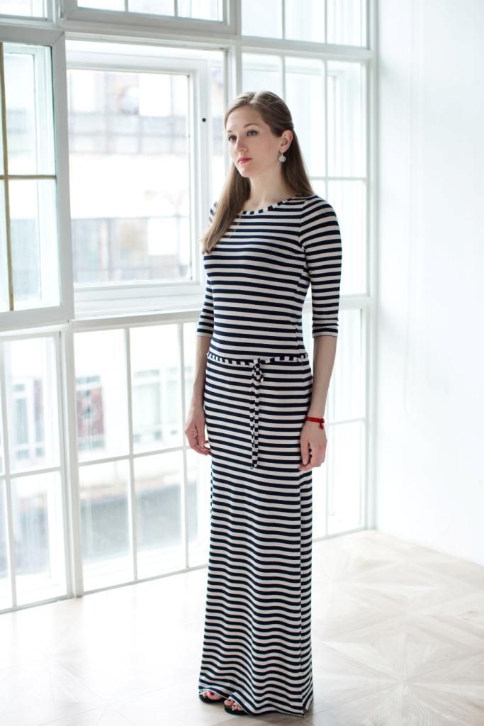 71171212Стильное женское платье MARUSЯ выполнено из 100% вискозы. Модель-макси с рукавами 3/4 и круглым вырезом горловины оформлена принтом в полоску. По бокам платье имеет два больших разреза, а в поясе дополнено хлястиками с трикотажным поясом.