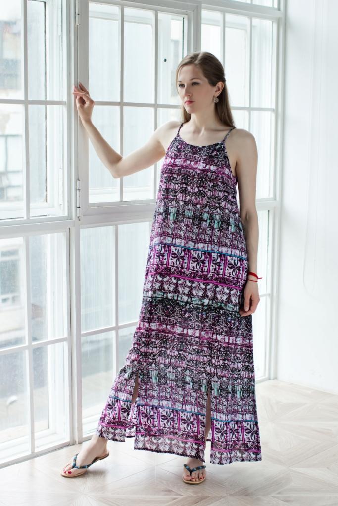 71171218Длинное платье MARUSЯ изготовлено из высококачественного материала 100% вискозы. Платье свободного кроя с круглым вырезом горловины, понизу дополнено американской проймой. Оформлена модель ярким принтом.