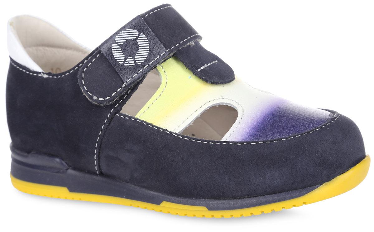 FT-25003.16-OL08O.01Стильные туфли от TapiBoo придутся по душе вашему мальчику. Модель выполнена из натуральной кожи разной фактуры и оформлена в области подъема ярким принтом, резными отверстиями для лучшего воздухообмена, на верхнем ремешке - шильдой с логотипом, по канту - контрастной вставкой из кожи. Подкладка и стелька, изготовленные из натуральной кожи, гарантируют комфорт при ходьбе. Подкладка обладает мягкостью и природной способностью пропускать воздух для создания оптимального температурного режима и предотвращения натирания ножки. Многослойная, анатомическая стелька дополнена сводоподдерживающим элементом для правильного формирования стопы. Ремешок на застежке-липучке позволяет легко снимать и надевать обувь даже самым маленьким детям, обеспечивая при этом оптимальную фиксацию. Жесткий фиксирующий задник надежно стабилизирует голеностопный сустав во время ходьбы, препятствуя развитию патологических изменений стопы. Эластичный подносок надежно защищает переднюю...