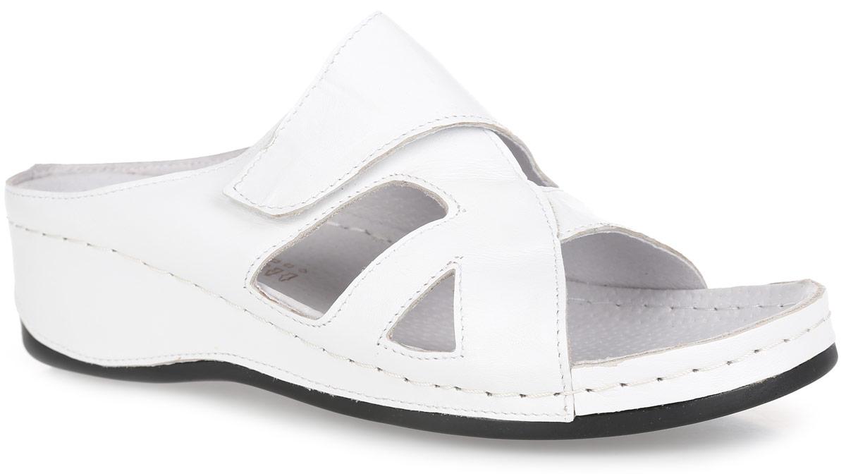 Сабо женские. INDIRAINDIRAСтильные сабо от Spesita придутся вам душе. Модель изготовлена из натуральной кожи и оформлена резными узорами для лучшей воздухопроницаемости. Ремешок на застежке-липучке позволяет надежно зафиксировать обувь на ноге. Внутренняя часть, выполненная из натуральной кожи, предотвратит натирание. Мягкая кожаная стелька обеспечит комфорт при ходьбе. Невысокая танкетка, оформленная декоративной прострочкой, устойчива. Подошва оснащена рифлением для лучшего сцепления с поверхностью. Изысканные сабо прекрасно дополнят ваш женственный образ.