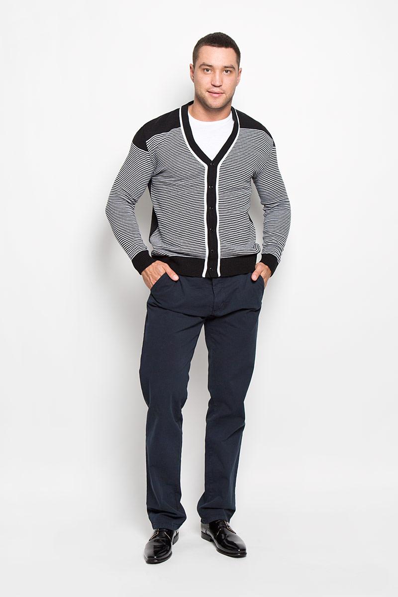 Брюки160163_09607Стильные мужские брюки F5 великолепно подойдут для повседневной носки и помогут вам создать незабываемый современный образ. Классическая модель прямого кроя и стандартной посадки изготовлена из эластичного хлопка, благодаря чему великолепно пропускает воздух, обладает высокой гигроскопичностью и превосходно сидит. Брюки застегиваются на ширинку на застежке-молнии, а также пуговицу на поясе. На поясе расположены шлевки для ремня. Модель оформлена двумя открытыми втачными карманами спереди и двумя прорезными карманами на пуговицах сзади. Эти модные и в тоже время удобные брюки станут великолепным дополнением к вашему гардеробу. В них вы всегда будете чувствовать себя уверенно и комфортно.