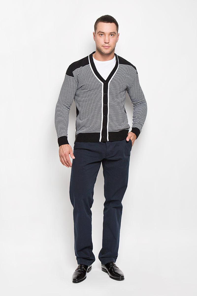 Кардиган мужской. R0315S03R0315S03Стильный мужской кардиган Rocawear выполнен из высококачественного натурального акрила, благодаря чему великолепно сохраняет тепло, позволяет коже дышать и обладает высокой износостойкостью и эластичностью. Модель с длинными рукавами и V-образным вырезом горловины согреет вас в прохладные дни. Кардиган застегивается на пуговицы, манжеты рукавов, низ и вырез горловины связаны резинкой. Теплый вязаный кардиган - идеальный вариант для создания уникального образа. Такая модель будет дарить вам комфорт в течение всего дня и послужит замечательным дополнением к вашему гардеробу.