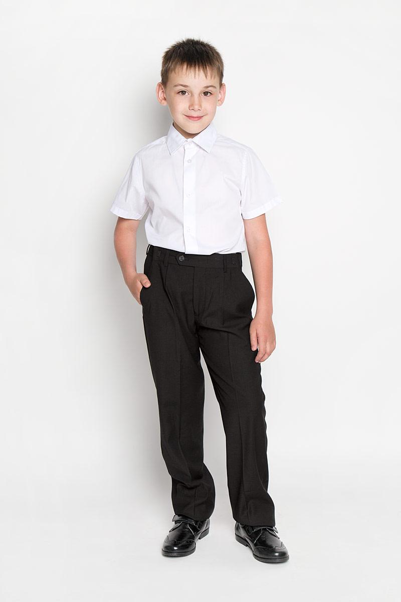 Рубашка для мальчика School. 64202_OLB64202_OLB_вариант 1Рубашка для мальчика Orby School, выполненная из хлопка и полиэстера, отлично сочетается как с джинсами, так и с классическими брюками. Материал изделия мягкий и приятный на ощупь, не сковывает движения и обладает высокими дышащими свойствами. Рубашка с короткими рукавами и отложным воротником застегивается спереди на пуговицы по всей длине. Модель имеет слегка приталенный силуэт. Украшено изделие небольшим вышитым логотипом бренда. Современный дизайн и высокое качество исполнения принесут удовольствие от покупки и подарят отличное настроение!