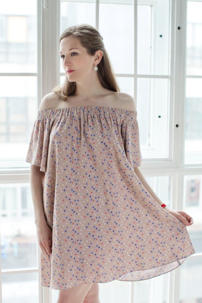 71171142Стильное женское платье MARUSЯ А-силуэта выполнено из 100% вискозы. Модель с короткими рукавами-клин. Горловина платья дополнена эластичной резинкой, с помощью которой можно регулировать высоту модели. Оформлено изделие оригинальным принтом.