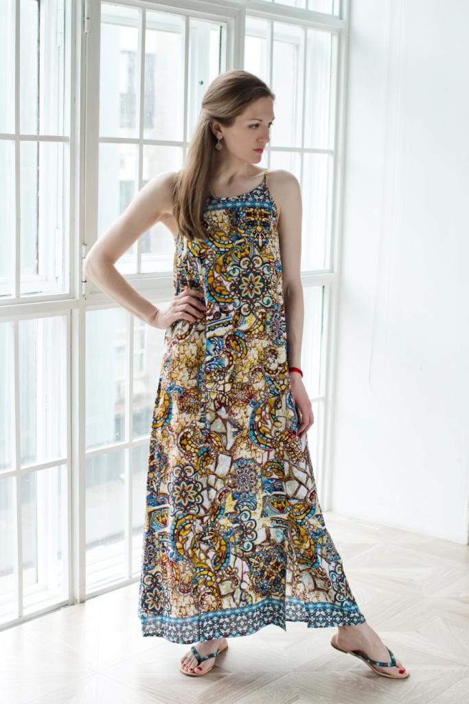 71171211Стильное женское платье MARUSЯ выполнено из 100% вискозы. Модель-макси с американской проймой на бретельках имеет на спинке завязки-шнурки. Спереди платье оформлено двумя большими разрезами. Украшена модель контрастным принтом с узорами.