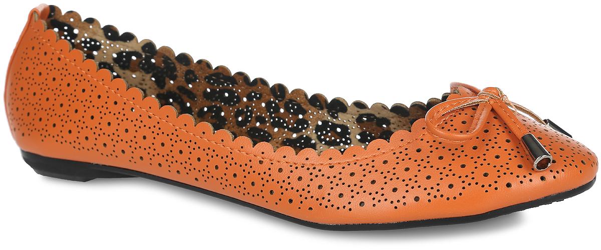 1119-03Восхитительные балетки от Nobbaro не оставят равнодушной вашу маленькую модницу! Модель выполнена из искусственной кожи, оформленной волнообразной окантовкой, оригинальной перфорацией, и дополнена на мыске милым бантиком. Текстильная подкладка и стелька из искусственной кожи придадут комфорт при движении. Подошва оснащена рифлением для лучшего сцепления с поверхностью. Модные балетки займут достойное место в гардеробе вашей девочки.