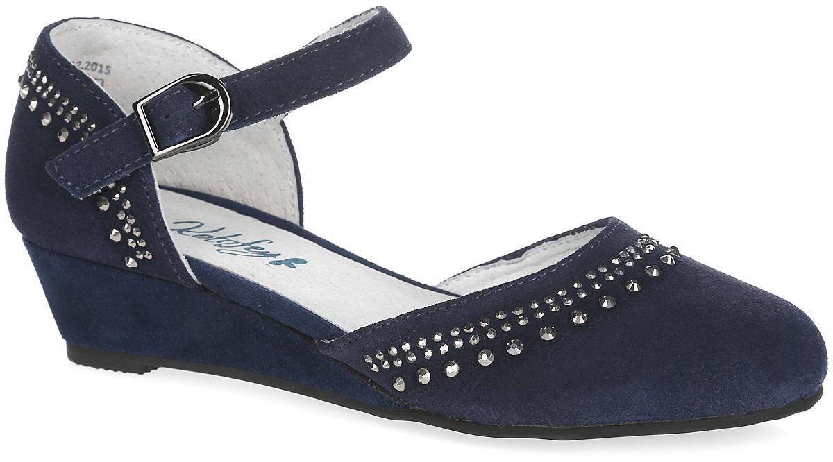 Туфли для девочки. 632188-21632188-21Прелестные туфли от Котофей очаруют вашу девочку с первого взгляда! Модель выполнена из натуральной кожи бархатистой структуры и оформлена блестящими стразами. Ремешок с застежкой-крючком регулируется по ширине за счет металлической пряжки, надежно зафиксирует ножку ребенка. Внутренняя поверхность из натуральной кожи не натирает. Стелька из натуральной кожи, дублированная мягким вспененным материалом, обладает свойствами гигроскопичности и воздухопроницаемости, что обеспечит полный комфорт ножке в течение всего дня. Подошва дополнена небольшой танкеткой. Рифленая поверхность подошвы обеспечивает отличное сцепление с любой поверхностью. Стильные туфли - незаменимая вещь в гардеробе каждой девочки!